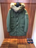chaqueta de estilo militar al por mayor-Invierno estilo británico hombres chaqueta gruesa chaqueta con capucha abrigo de piel de mapache 100% Parka abajo chaqueta verde militar bolsillo