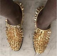 mocassins pretos espigões de prata venda por atacado-Marca de Luxo Sapatos de Grife Mens Casual Moda Sapatos de Casamento de Couro de Prata Preto Vermelho de Ouro Rebite Cravejado Mufos Cravados Homens de Fundo Liso