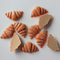 coeurs dos plat en résine achat en gros de-10 Pièces Flatback Plat Dos Kawaii Résine Cabochon Miniature Alimentaire Croissant Pain DIY Résine Artisanat Décor Embellissement