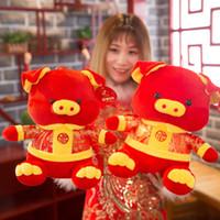 bebek bebek kırmızı toptan satış-Çin Domuz Yıl Maskot Yeni Yıl Hediye Sevimli Kırmızı Nimet Domuz Peluş Oyuncaklar Çocuk Bebek Yurtdışı Çin Doll Hediye
