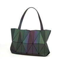 geometri çantası toptan satış-2018 Yeni Bao Çanta Kadın Çanta Noctilucent Elmas Geometri Kılıf Lazer Düz Katlanır Bayanlar Omuz Çantaları Aydınlık Çanta Hologram