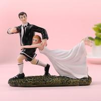 novia novio pasteles de boda al por mayor-FEIS 2019 hotsale estilo del oeste novia y el novio juegan rugby resign cake topper decoración de la habitación de matrimonio regalos de boda