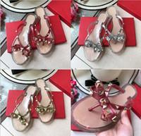 sapatos de marca europa venda por atacado-Flip flops 2018 verão New fashio style Europa Estados Unidos marca designer rebites arco sandálias sapatos sandálias das mulheres de alta qualidade