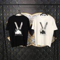 dedo de la camiseta de los hombres al por mayor-18ss Luxury Europe Paris Finger Victory T-shirt Moda Hombres Mujeres Camiseta Casual Tee