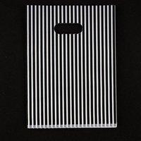 schwarze plastikschmucksachegeschenkbeutel großhandel-100 stücke 15x20 cm Streifen Druck Schwarz Kunststoff Geschenk Tasche Favor Schmuck Boutique Geschenk Verpackung Kunststoff Einkaufstaschen Mit Griff