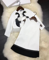 ingrosso maglia bambino bianco-2 pezzi Neonate set 2018 Spring Embroidery cygnus suit Bambini marchio di lusso bianco Princess Dress coat + vest dress Kids Clothes
