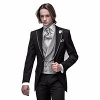 i̇talyan groomsmen smokin toptan satış-2018 Yeni Varış İtalyan Erkekler Için Tailcoat Siyah Doruğa yaka Düğün Takımları Erkekler Groomsmen Suit Erkekler Için 3 Parça Damat Smokin Suit Damat