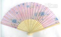веерный шелковый вентилятор оптовых-Ручные вентиляторы Silk Bamboo складывая вентиляторы Handheld сложенный вентилятор для подарка венчания Церков, Благосклонностей партии, украшения DIY