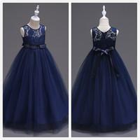 mavi tül çiçek kız elbisesi toptan satış-Sevimli Lacivert Tül A Hattı Kanat Uzun Çiçek Kız 'Elbiseler Ekip Boyun Kolsuz Dantel Üst Doğum Günü Partisi Stokta Küçük Kız Elbiseler MC0889