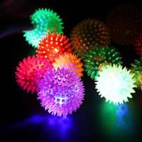 мигающие резиновые шарики оптовых-2018 горячие продажи мягкой резины Флэш мяч Pet Ежик подпрыгивая мяч Flash колючая мяч LED Flash Pet интерактивные игрушки DHL