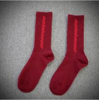 schwarze lange unterwäsche großhandel-Herbst Männer Mode Lange Socken Hip Hop Streetwear Kanye West Casual Schwarz Rot Männer Unterwäsche Strümpfe