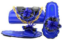 elegante bolso azul al por mayor-Elegantes sandalias azules azules de tacón bajo con decoración de flores, zapatos africanos combinados con un juego de bolsos para el vestido MM1053
