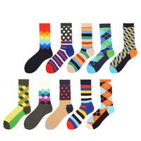 lustige kleider großhandel-Männer Lustige Gekämmte Baumwolle Socken Dot Gestreift Gefüllt Optische Lässige Socken Kleid Crew Socken Für Hochzeitsgeschenk 2 STÜCKE = 1 PAARE