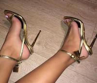 ingrosso scarpe aperte in argento-Tacchi alti in pelle oro argento Sandali gladiatore Cinturino alla caviglia Lucchetto Scarpe donna Scarpe aperte con tacchi in metallo per donna