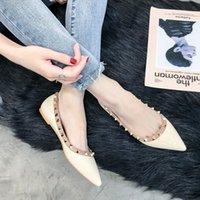 zapatillas oxford venda por atacado-Sapatos de grife Mulheres De Luxo Oxford Zapatos De Mujer Mulheres Sapatos Flat Rivet Dedo Apontado Preto Bege Moda Primavera Verão 2019
