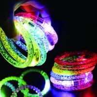ingrosso braccialetti principali lampeggianti acrilici-LED Acrilico Glitter Glow Flash ha condotto il braccialetto Illuminare i giocattoli Bastoni Luminoso Crystal Hand Ring Bangle Stunning Dance Party Regali di Natale