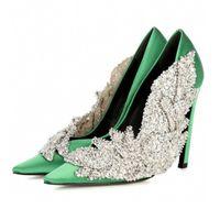 zapatos de diamantes sexy al por mayor-Zapatos de tacón alto de satén de lujo negro Zapatos de tacón de aguja de diamantes de imitación de punta estrecha en punta de color rojo mujer Zapatos de fiesta sexy de color rojo