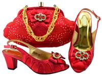schöne rote handtaschen großhandel-Schön aussehende rote Wemon Kätzchen Schuhe mit schönen Strass Fliege afrikanische Schuhe passen Handtasche für Kleid MM1065, Ferse 6cm