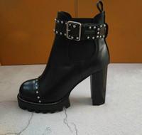 siyah deri kovboy çizmeleri toptan satış-Moda Yeni Bayan Şövalye Çizmeler Kovboy Ayakkabı Platformu Ayak Bileği Çizmeler Hakiki Deri Toka Tasarımcı Lüks Kış Siyah Ayakkabı SZ35-42