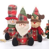 ingrosso bambole dell'hotel-Natale Seatng Posa Giocattoli di peluche Pupazzo di neve Babbo Natale Cervi Bambole Ornamenti Hotel Centri commerciali Decorazioni natalizie Giocattolo
