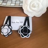akrilik çiçekler toptan satış-Yeni Lüks Ladys koleksiyonu için Saç Aksesuarları Öğe Moda Akrilik kamelya Saç Klip çiçek VIP parti kartı ile kağıt kart parti hediye
