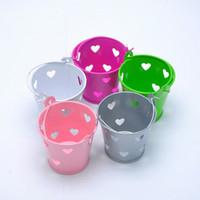 corações de balde de estanho venda por atacado-200pcs coração escavar baldes de lata, favores de balde de lata de doces de festa de casamento do coração mini latas favores