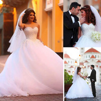vestido de novia rhinestone lleno al por mayor-Vestidos de novia con escote corazón Vestidos de novia con listones Diamantes de imitación completo vestido de bola falda fluye Vestidos de novia