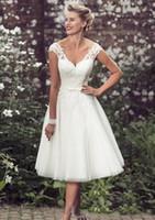 cheap wedding dresses toptan satış-Zarif Çay Boyu Kısa Gelinlik Cap Kollu Aplikler Dantel Gelinlikler Tül V Boyun Kısa Gelin Törenlerinde Ucuz