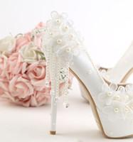 beyaz prenses düğün ayakkabıları toptan satış-2018 Prenses Tarzı Düğün Ayakkabı Yuvarlak Ayak Dantel Aplike Inci Gelin Ayakkabıları Yüksek Topuk Beyaz Elbise Ayakkabı
