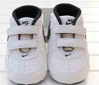 yürümek için bebek ayakkabıları toptan satış-Bebek Ayakkabı Yenidoğan Erkek Kız Kalp Yıldız Desen İlk Walkers Çocuk Tulumları Lace Up PU Sneakers 0-18 Ay Hediye