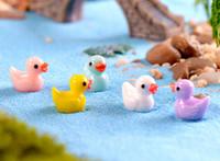 ördek dekor toptan satış-Sevimli Ördekler Minyatürleri PVC Aksiyon Figürleri Hayvan Figürleri Mikro Peyzaj Mini Heykelcik Dollhouse Peri Bahçe Dekor Ki