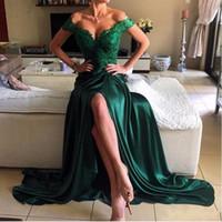 uzun yeşil saten elbisesi toptan satış-2019 Zümrüt Yeşil Seksi Balo Elbise Bir Çizgi Kapalı Omuz Dantel Elastik Saten Yüksek Yan Bölünmüş Dantel Zarif Uzun Abiye Örgün Parti Elbise