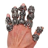 carved skull ring toptan satış-Toptan Lots OverSize Gotik Kafatası Oyma Biker Karışık Stilleri çok erkek Anti-Gümüş Yüzük Retro Yeni Takı r0079