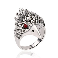 anneaux de tête d'aigle achat en gros de-Rétro Punk Animal Anneau De Mode Eagle Tête Placage Argent Vintage Bijoux Incrusté De Cristal Rouge Anneaux pour hommes femmes