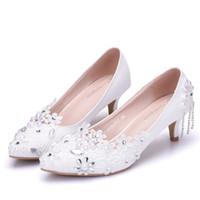 New Fashionl White Crystal scarpe a punta per le donne tacchi 5cm Fiori di  pizzo scarpe da sposa tacchi spessi Elegante Plus Size 46a6138b36d