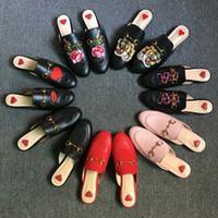bayan ayakkabıları yeni marka toptan satış-2017 Marka Princetown Kadınlar Kürk Terlik Lüks Tasarımcı Moda Hakiki Deri Loafer'lar Ayakkabı Metal Zincir Bayanlar Casual Katır Daireler ...