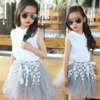 sommerkleidung für teenager-mädchen großhandel-3-12Y Kindmädchenkleidung stellt JugendSommerkostümmädchenkleidung Baumwollspitze T-Shirt Spitzebluse + Blume TUTU Rock 2pcs / set ein