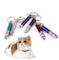 llavero de juguete para mascotas al por mayor-Mini gato lápiz puntero láser rojo divertido LED Light Pet Cat juguetes llavero 2 In1 Tease gatos pluma OOA3970