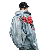 ropa rosa vintage al por mayor-2018 Primavera Ropa para hombres Nueva chaqueta de mezclilla 3D flor rosa bordado Vintage abrigos de agujero desgastado High Street Hip Hop prendas de vestir exteriores S18101805