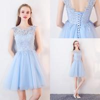 blue tulle cocktail dress toptan satış-Işık Sky Blue Mini Gençler için Kısa Mezuniyet Elbiseleri Yeni Tasarımcı Ucuz Jewel Boyun Dantel Üst Bir Çizgi Tül Kısa Kokteyl Parti kıyafeti