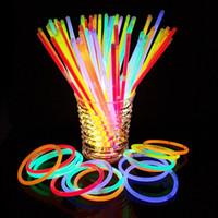 неоновые световые палочки оптовых-Glow Stick Necklace Свечение в темноте Неоновые палочки Вечеринка Флуоресцентные браслеты Новогодние товары для вечеринок