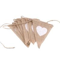 dizi bayrak bayrakları toptan satış-Rustik Jüt Flamalar Kahverengi Üçgen Şekli Dize Bayrakları Aşk HeartWedding Süslemeleri Desen Bahçe Asılı Afiş 6 8dl B