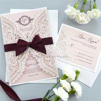 кружевные ленты свадебное приглашение оптовых-WHITE CHANTILLY LACE Приглашение на лазерную резку - Приглашение на свадьбу с белой лазерной резкой с румянной вставкой Shimmer и бордовым бантом из ленты