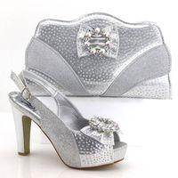 2018 Newest Silver set di scarpe e borse africane per party. Scarpe  italiane con borsa coordinata. Borsa da donna di design con pietre nuove 884449ea88b