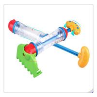 pala de plástico de playa al por mayor-Los niños al por mayor de la alta calidad 2 en 1 pistola de espray de agua plástica juegan la pala de la playa / el arma de agua del rastrillo juegan el juguete de la arena para los muchachos