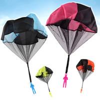 fliegen räder spielzeug großhandel-Neue Kinder Handwerfen Mini Spielen Fallschirm Spielzeugsoldat Fallschirm Outdoor Sports Kinder Lernspielzeug Platz Spielzeug
