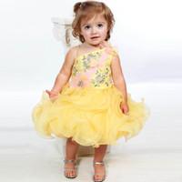 vestido de novia de organza amarillo al por mayor-Vestido de bola amarilla correa de espagueti vestido de niño para la boda con gradas falda con cuentas organza vestido de bautismo de niña pequeña longitud de la rodilla desgaste