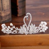broches de novia al por mayor-Princesa Shinning Crystal Swan Tiaras nupciales y corona 18 k aleación broche de pelo Perlas de cumpleaños baratas Tiaras nupciales barroco boda