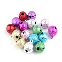 ingrosso ornamenti di natale di jingle campana-50pcs 14mm Matte Metal Jingle Bells Hanging Xmas Tree Ornaments Pendenti Gioielli fai da te Artigianato Accessori Decorazioni natalizie