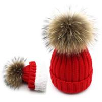 mädchen weiße pelzhüte großhandel-Erwachsene / Kinder gestrickte Wollmütze mit Pelz Bommelmützen Mütze Frauen Fleece Fluffy Waschbärpelz Skikappen Skullies rot weiß